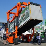 The telescopic lifting frame can be adjusted independently to tilt containers
