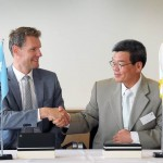 Sam H. Ka, COO of HHI and Søren Toft, COO of Maersk Line, at the signing ceremony