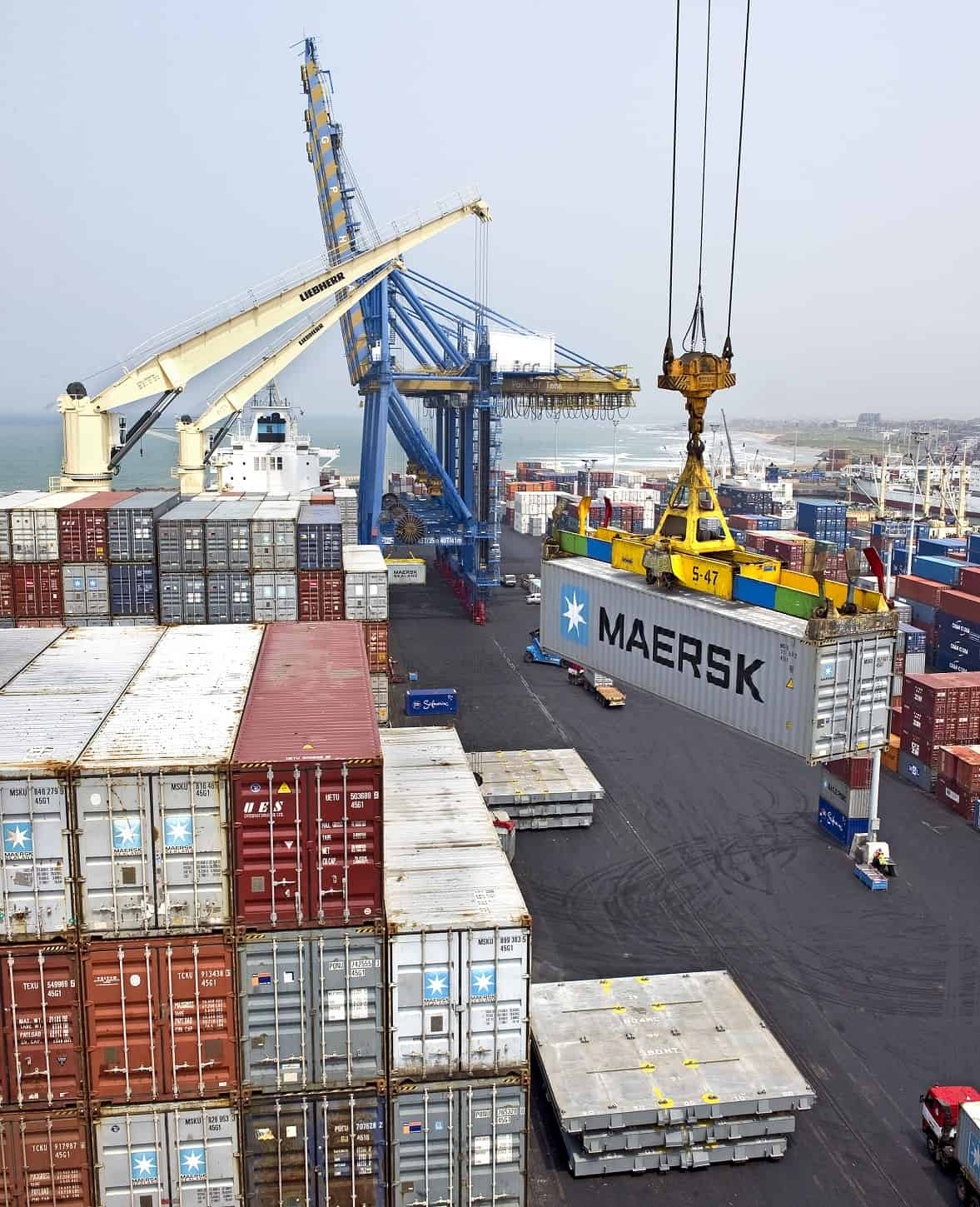 Maersk's profit slashed amid low freight rates