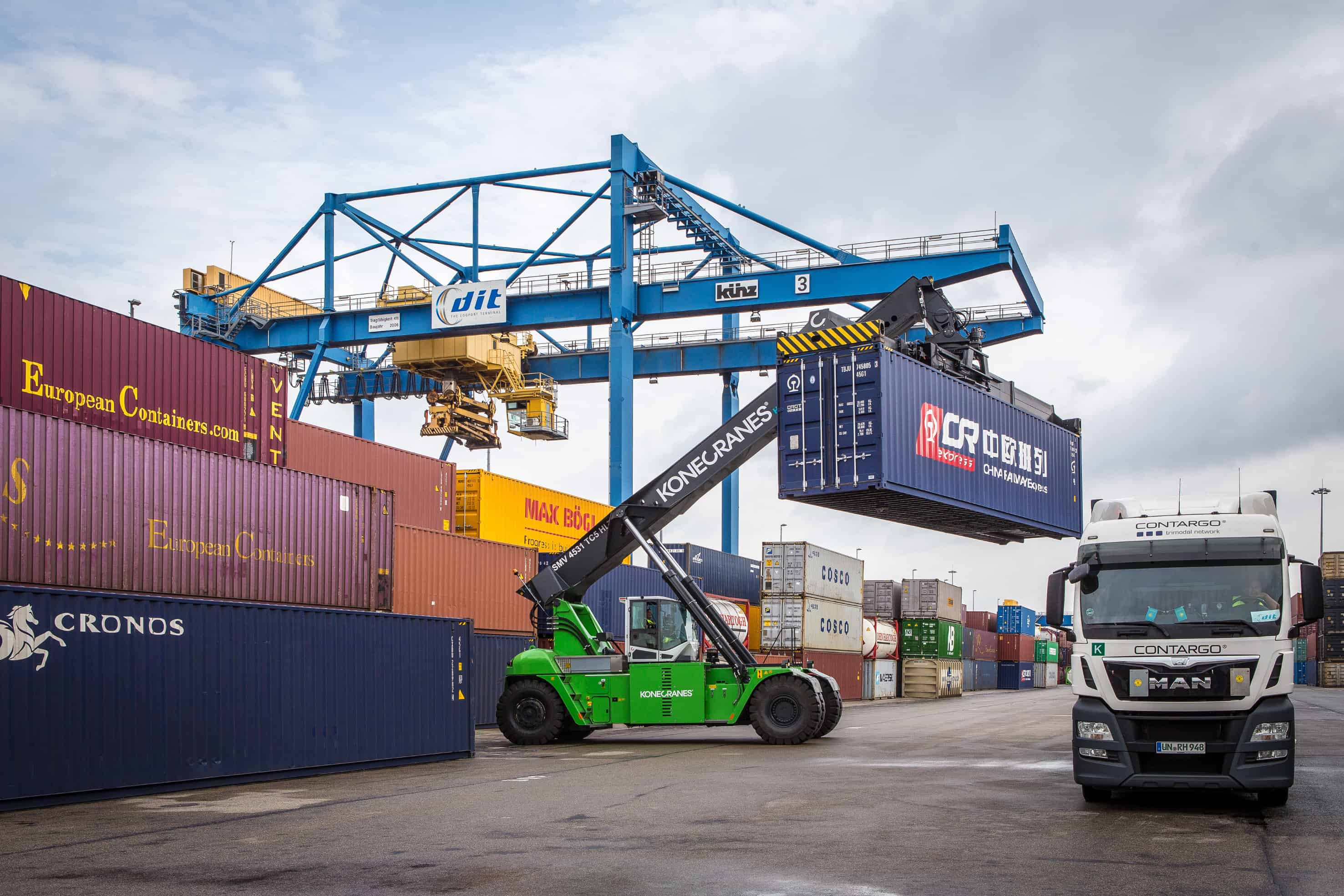 Hybrid reachstacker in operation at Duisburg