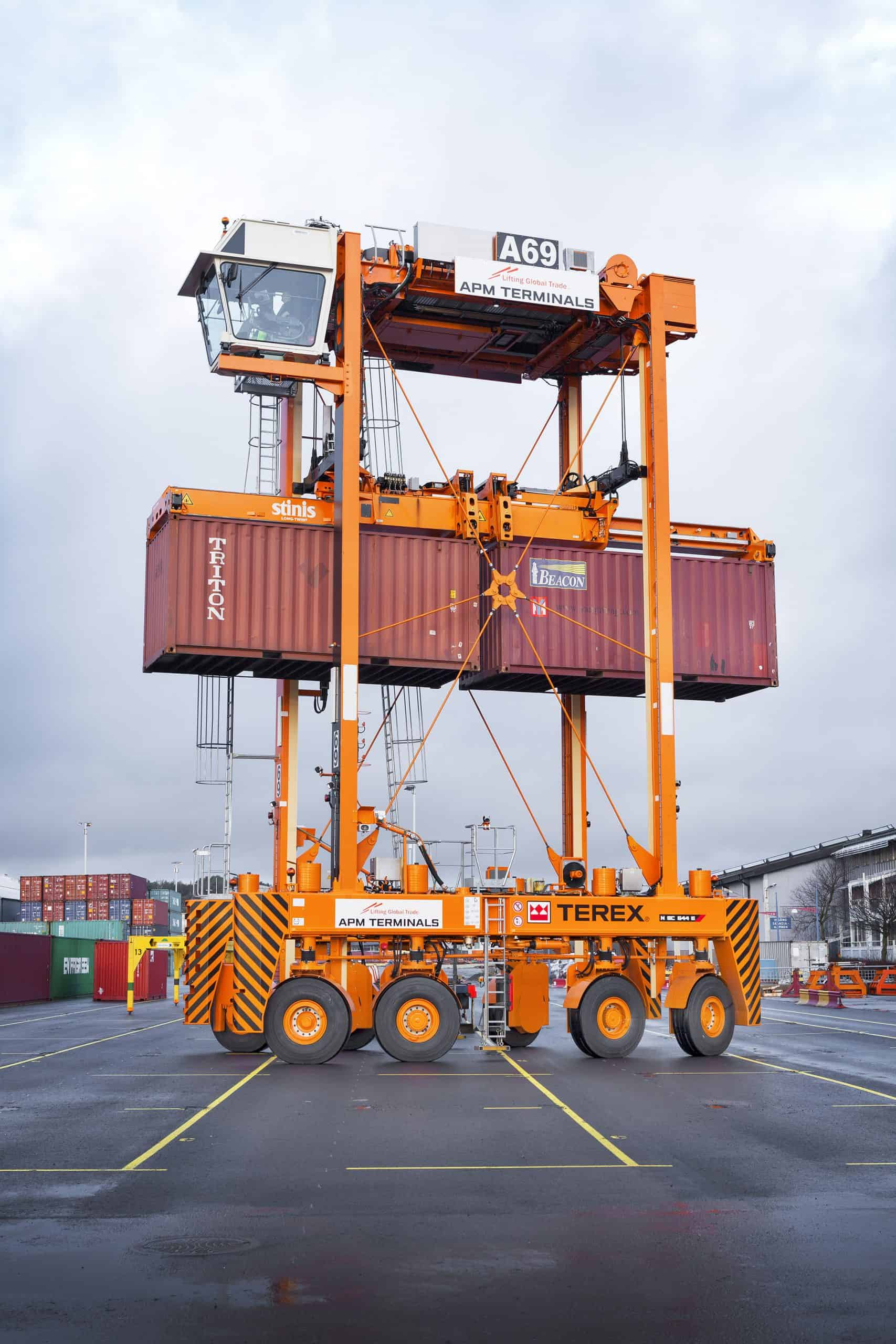 Twelve straddle carriers delivered to Gothenburg