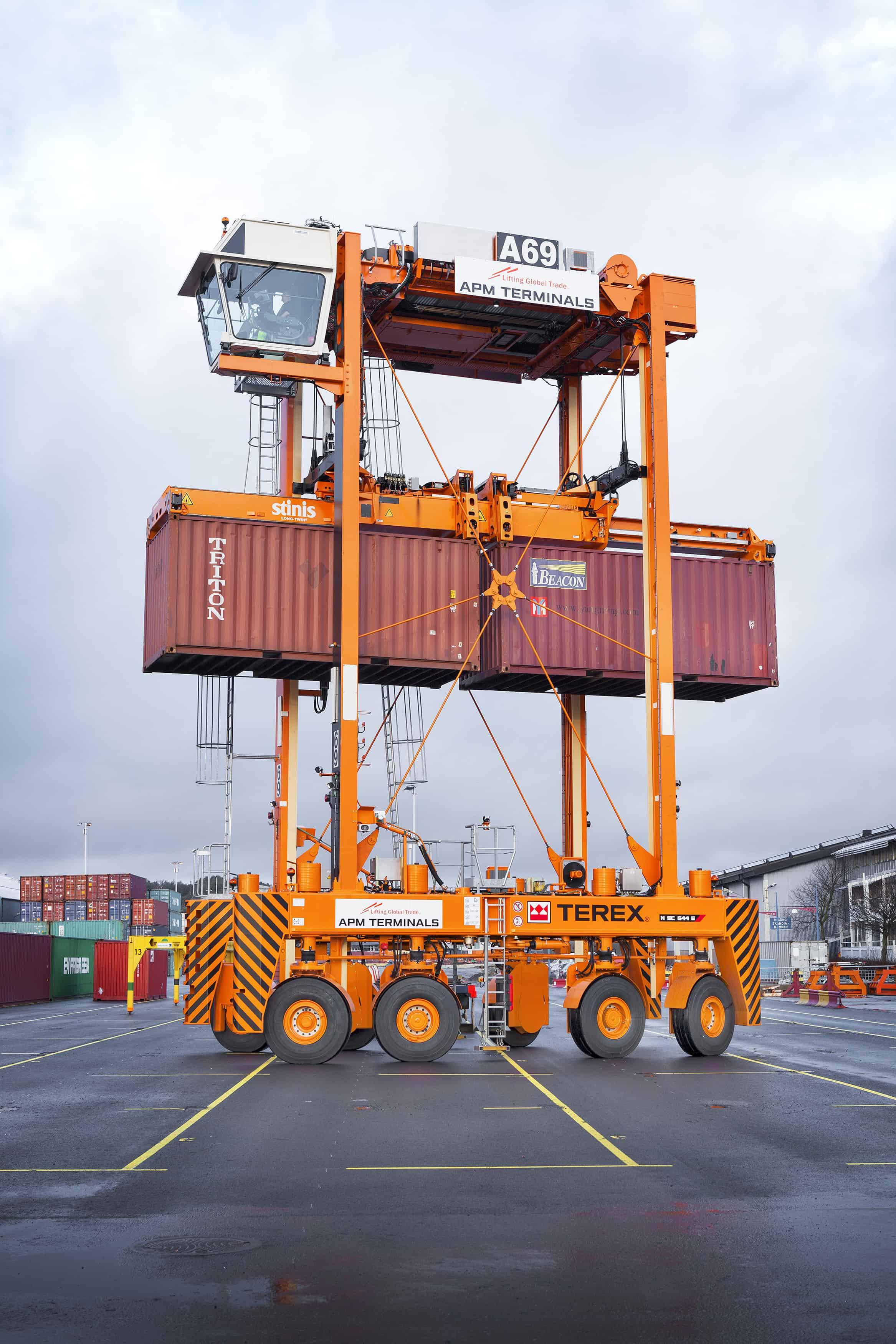 Twelve straddle carriers delivered to Gothenburg