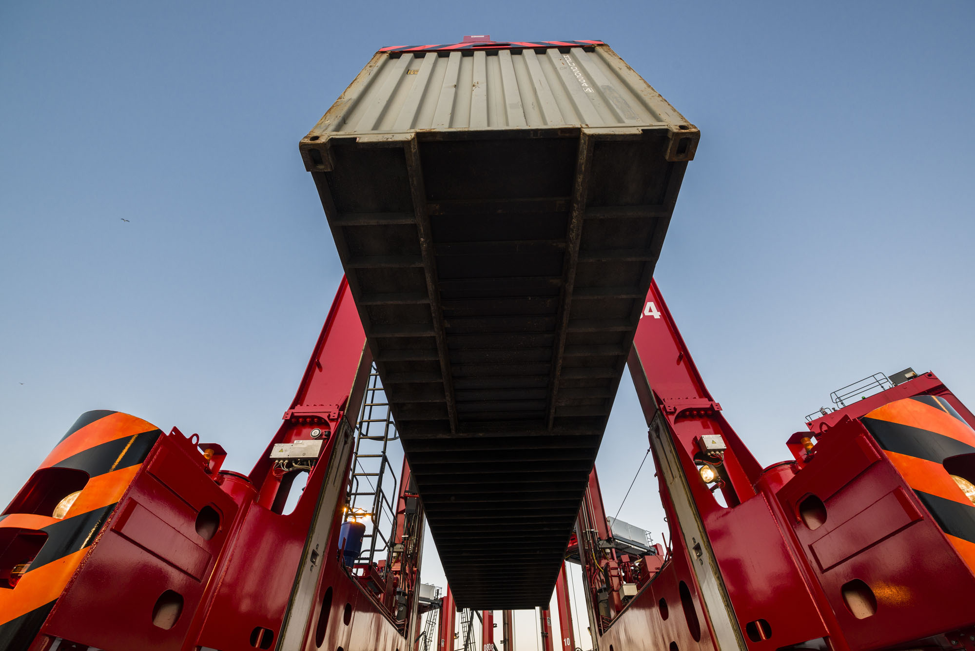 Hutchison Ports ECT Rotterdam orders 10 Kalmar hybrid straddle carriers