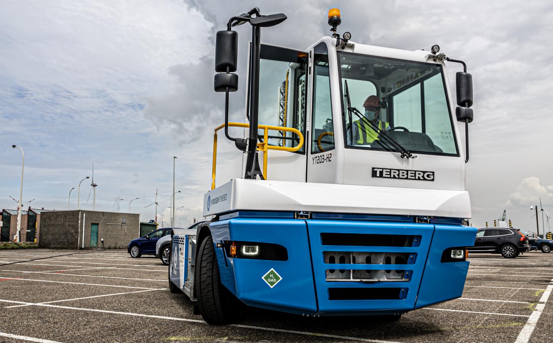PSA Antwerp trials Terberg hydrogen-powered tractor